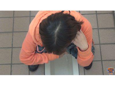 4カメ盗撮おまんこ照射公衆便所〜光に晒された排泄姿〜 1