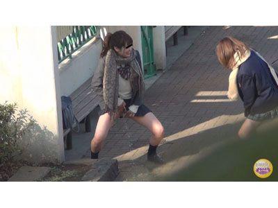 隠撮 JKおふざけ我慢連れション 3