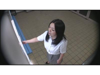 自販機に仕掛けたカメラで同僚OLのパンチラを流出させた変態リーマン 3 1