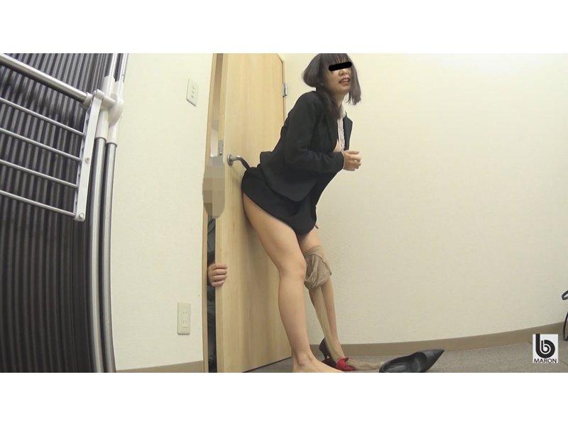 働く女の見つかってしまったオナニー 2