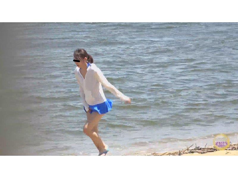 海の家盗撮 便所駆け込み全裸大放尿 4