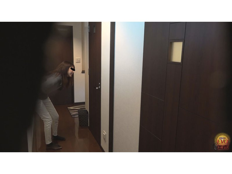 聖水シャワー脱衣所で服脱ぎガマン 風呂場で尿を放出する女 2