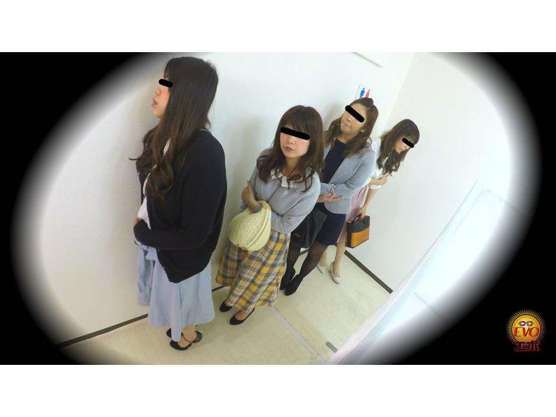街中公衆トイレ人気スポット!!大放尿行列3 ~並ぶほどにモジモジ・苦悶顔の美女達~ 1